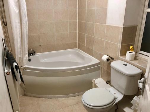 Hill Lodge Hotel - Sudbury - Phòng tắm