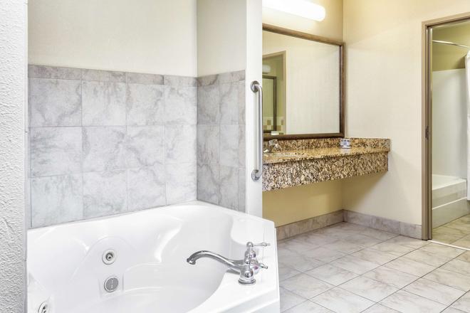 AmericInn by Wyndham Vidalia - Vidalia - Bathroom
