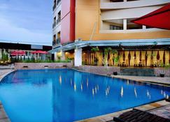 Aston Pontianak Hotel and Convention Center - Pontianak - Piscina