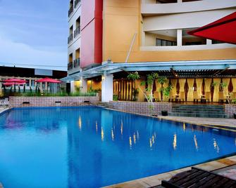 Aston Pontianak Hotel and Convention Center - Pontianak - Pool