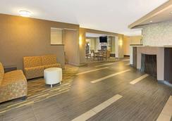 Hawthorn Suites by Wyndham Cincinnati - Cincinnati - Lobby