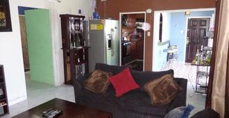 2 Bedroom Fully Air-Conditioned 6 Mins From Airport - Montego Bay - Wohnzimmer