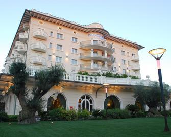 Hotel Palace - Червія - Building
