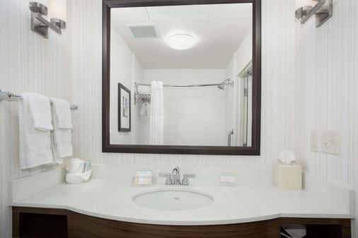 Hilton Garden Inn Lincoln Downtown/Haymarket - Lincoln - Bathroom