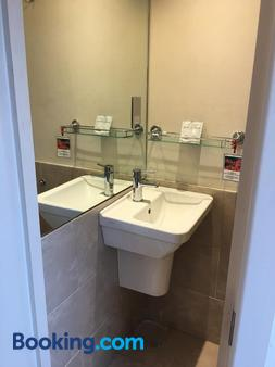 23 Matheson Road - London - Bathroom