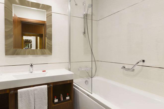 Ramada Hotel & Suites by Wyndham Istanbul Atakoy - Istanbul - Bathroom