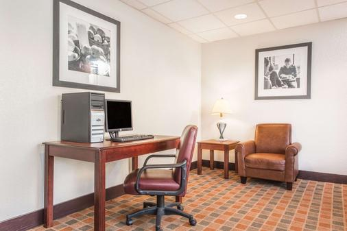 Baymont by Wyndham Cincinnati - Cincinnati - Business Center