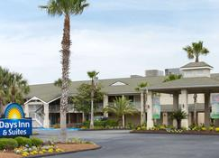 Days Inn & Suites by Wyndham Jekyll Island - Jekyll Island - Building