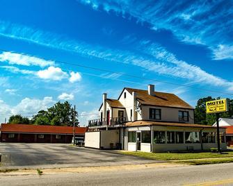 Coach House - Edenton - Building