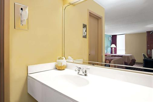 Super 8 by Wyndham Raleigh Downtown - Raleigh - Bathroom