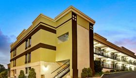 Super 8 by Wyndham Raleigh Downtown - Raleigh - Building