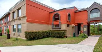 Quality Inn and Suites I-35 near ATT Center - San Antonio - Edificio