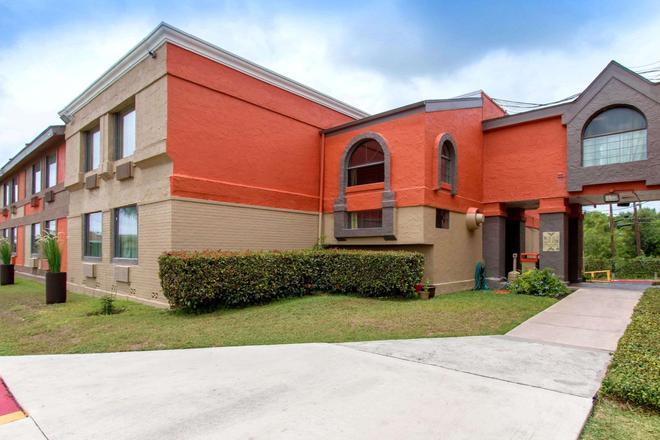 Quality Inn and Suites I-35 near ATT Center - San Antonio - Building
