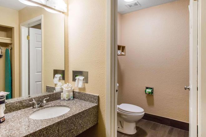 Quality Inn and Suites I-35 near ATT Center - San Antonio - Bathroom