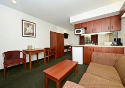 Americas Best Value Inn & Suites Lake Charles At I-210 Exit 5 - Lake Charles - Phòng ngủ