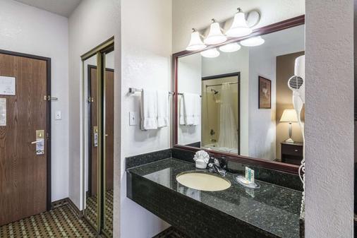 Quality Suites Burleson - Ft. Worth - Burleson - Bathroom