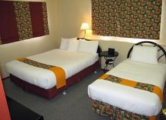 Bear Country Inn And Suites - Mountain View - Bedroom