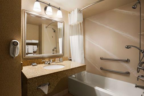 Wingate by Wyndham Louisville East - Louisville - Bathroom