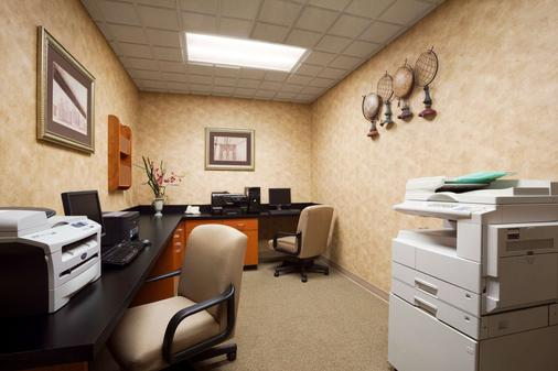 Wingate by Wyndham Louisville East - Louisville - Business center