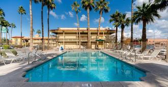 La Quinta Inn by Wyndham Phoenix Thomas Road - Phoenix - Piscina