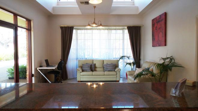 Best Western Ambassador Motor Inn & Apartments - Wagga Wagga - Living room