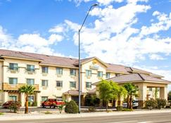Comfort Inn and Suites Yuma I-8 - Yuma - Building