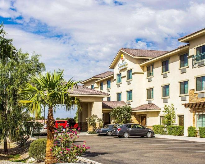 Comfort Inn and Suites Yuma I-8 - Yuma - Building