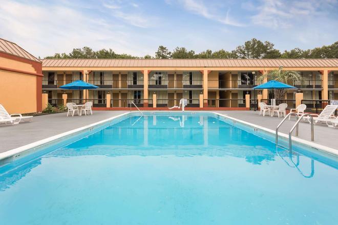 Days Inn by Wyndham Orangeburg South - Orangeburg - Pool
