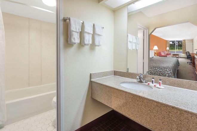 Days Inn by Wyndham Orangeburg South - Orangeburg - Bathroom