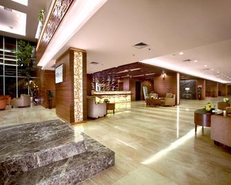 Aston Madiun Hotel & Conference Center - Madiun - Лоббі