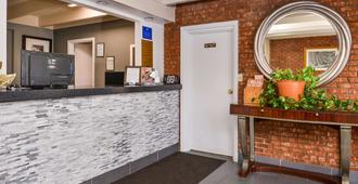 Americas Best Value Inn Augusta Historic Downtown - Augusta - Front desk