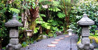 Lotus Garden Cottages - Volcano - Outdoor view