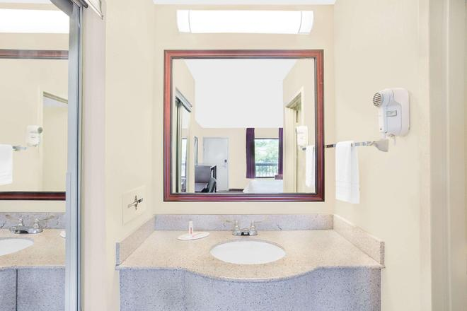 Baymont by Wyndham, Greenville - Greenville - Bathroom