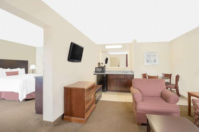 Baymont by Wyndham, Greenville - Greenville - Living room