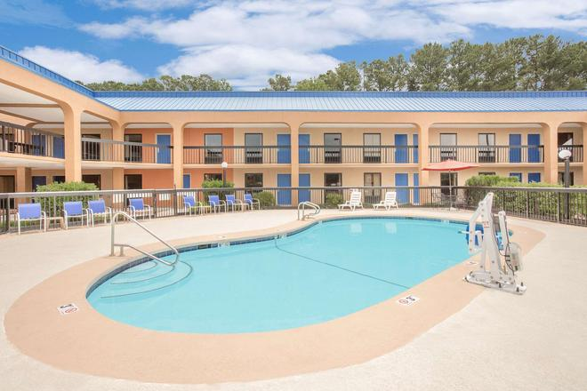 Baymont by Wyndham, Greenville - Greenville - Pool