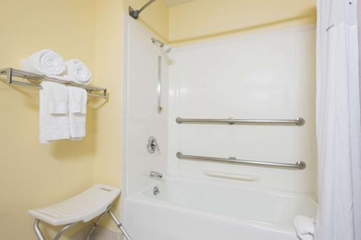 Days Inn by Wyndham Greenfield - Greenfield - Bathroom