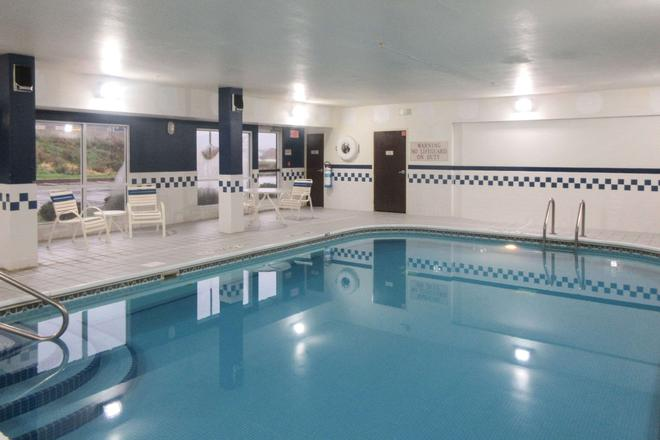 Quality Inn And Suites - Uniontown - Pool
