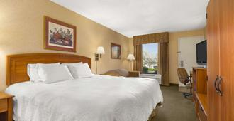 Howard Johnson by Wyndham Greensboro Near the Coliseum - Greensboro - Soverom
