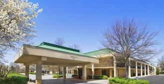 Howard Johnson by Wyndham Greensboro Near the Coliseum - Greensboro - Toà nhà
