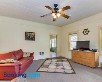 Captain's Cottage - Rockaway Beach - Living room