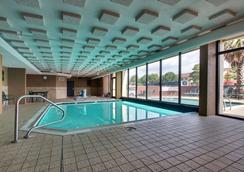 Greentree Inn & Suites Houston Hobby Airport - 休士頓 - 游泳池