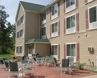 Country Inn & Suites by Radisson, Lake George, NY - Queensbury - Building
