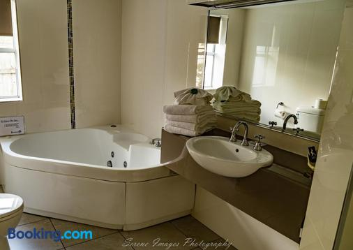 Ocean International - Mackay - Bathroom