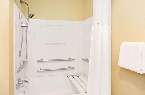 Baymont by Wyndham Miami Doral - Doral - Bathroom