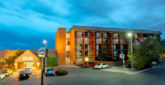 Howard Johnson by Wyndham Albuquerque Midtown - Albuquerque - Building