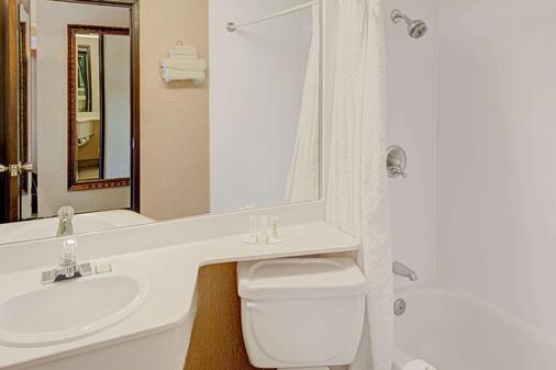 Howard Johnson by Wyndham, Albuquerque Midtown - Albuquerque - Bathroom