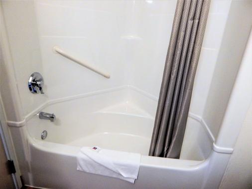 Baymont by Wyndham Sheridan - Sheridan - Bathroom