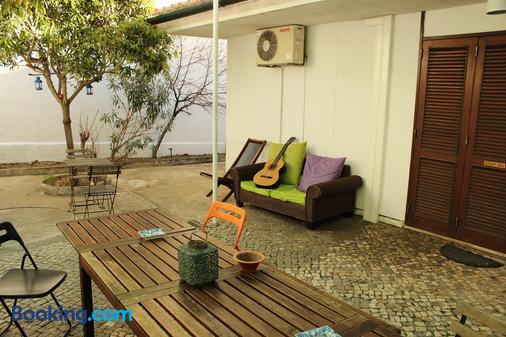 Le Penguin Hostel - Faro - Patio