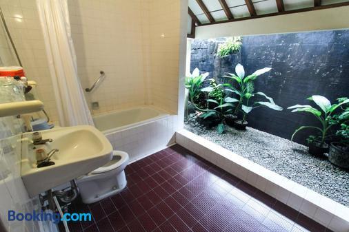 Duta Garden Hotel - Yogyakarta - Bathroom