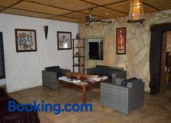 Tambuti Lodge - Rundu - Wohnzimmer